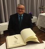 Heinz Müller trägt sich in das Goldene Buch der Stadt Rheine ein.